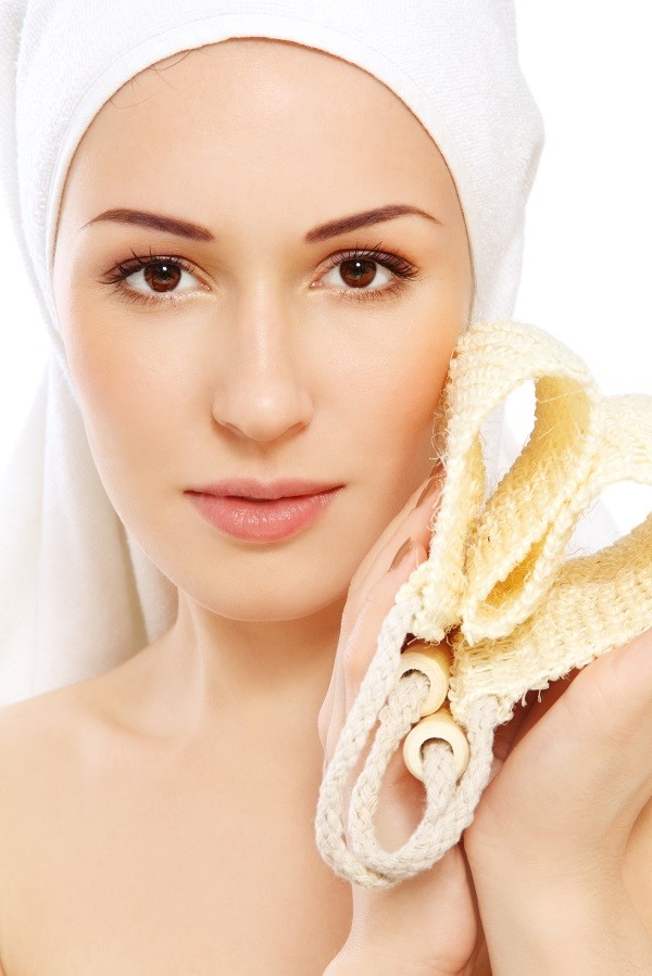 fai lo scrub almeno due volte a settimana per esfoliare l'epidermide