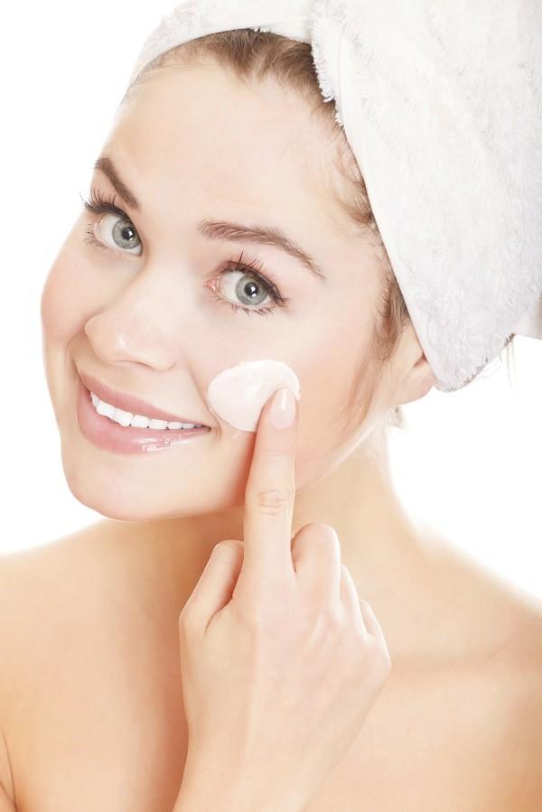 applica lo scrub sulla pelle bagnata e massaggia con movimenti circolari