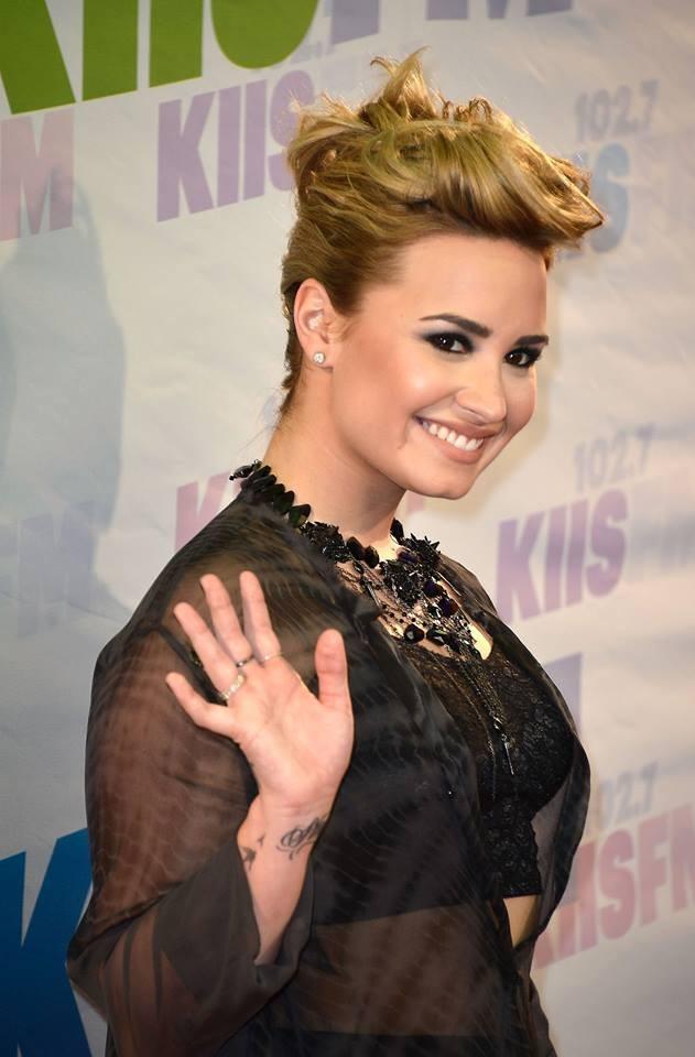 Demi Lovato: la bellissima cantante sfoggia uno smokey eyes nero, strong e accattivante
