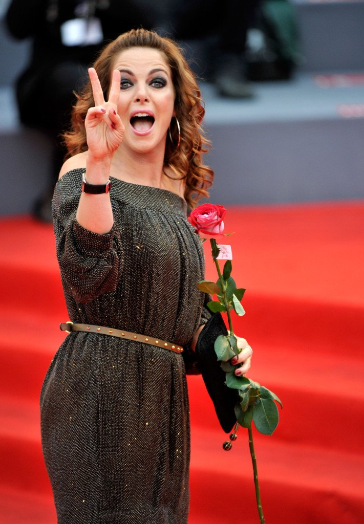 Claudia gerini: la bellissima Claudia indossa uno smokey nero intenso , accompagnato da un rossetto rosato sulle labbra