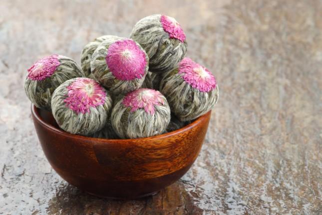 Tè cinese in fiore che si apre una volta in contatto con l'acqua