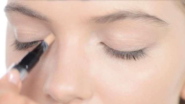 L'illuminante va applicato nella parte interna dell'occhio per donare luce allo sguardo