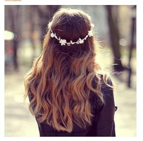 Anche una semplice fascia indossata su capelli sciolti rende il look originale e ricercato
