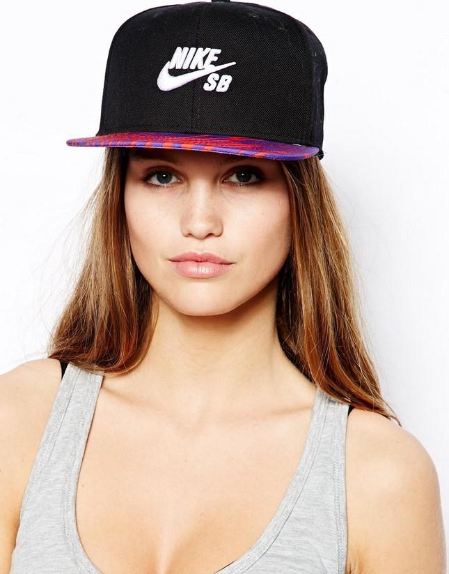 Cappello nero con visiera colorata firmato Nike