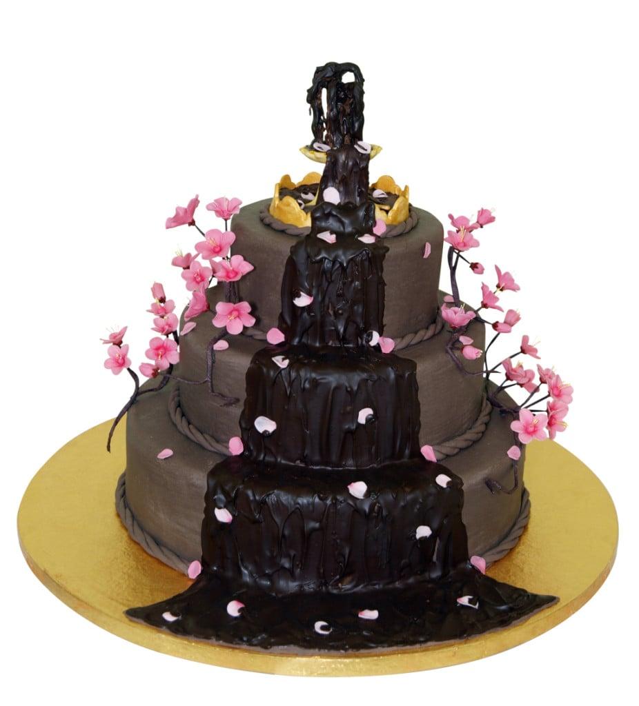 Torta nuziale al cioccolato a tre piani con colata