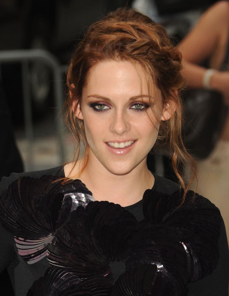 I capelli si illuminano di un color rame che mette ancor più in risalto gli occhi dell'attrice