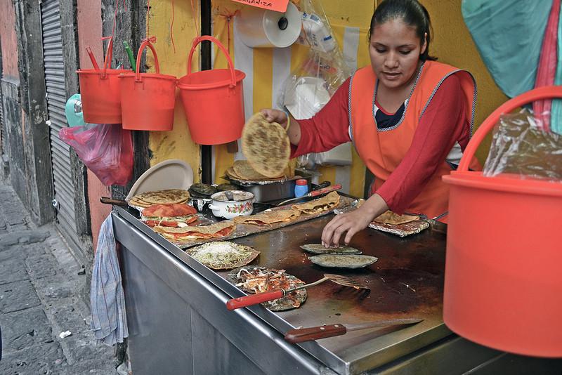 Tra le vie delle città principali si possono trovati banchi per l'assaggio della gastronomia locale