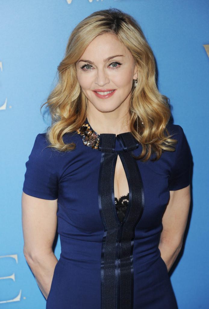 Madonna sfoggia sopracciglia arrotondate che donano al viso un aspetto naturale.
