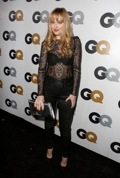 Dakota Johnson  indossa un top di pizzo con pantalone nero