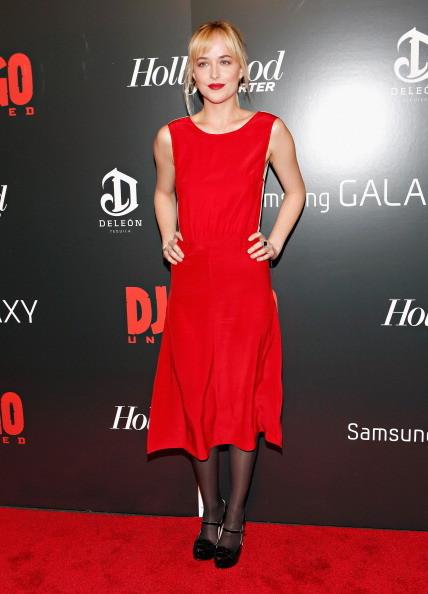 Dakota Johnson indossa un abito rosso con