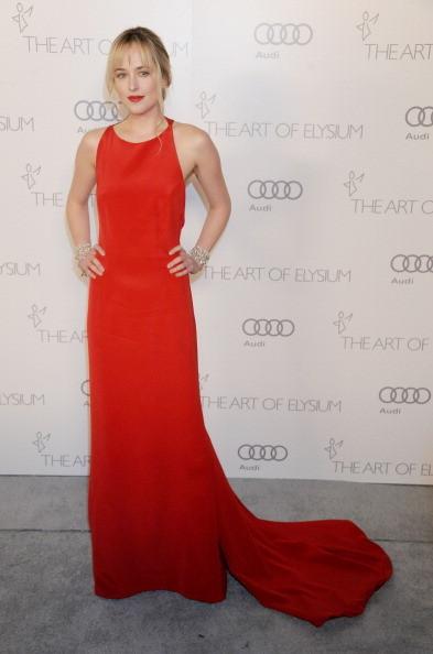 Dakota Johnson indossa un lungo vestito rosso