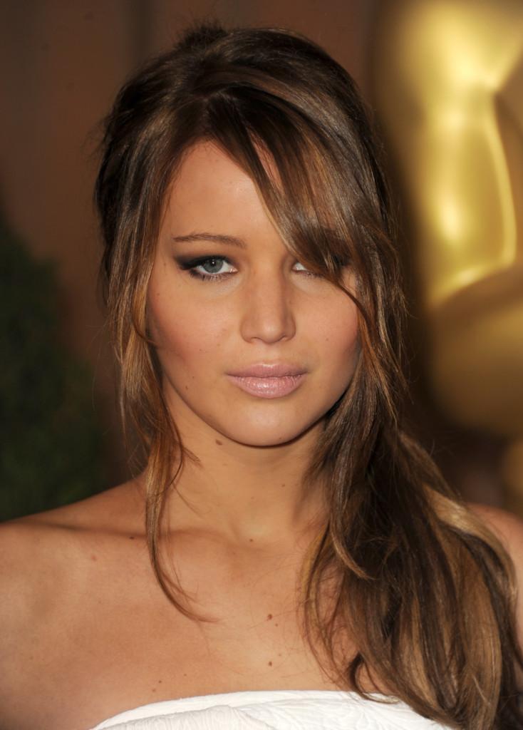 Jennifer Lawrence esalta la frangia laterale posizionando sul lato anche la chioma.
