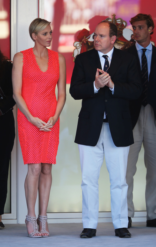 Elegante con un tubino rosso insieme a suo marito il principe Alberto di Monaco