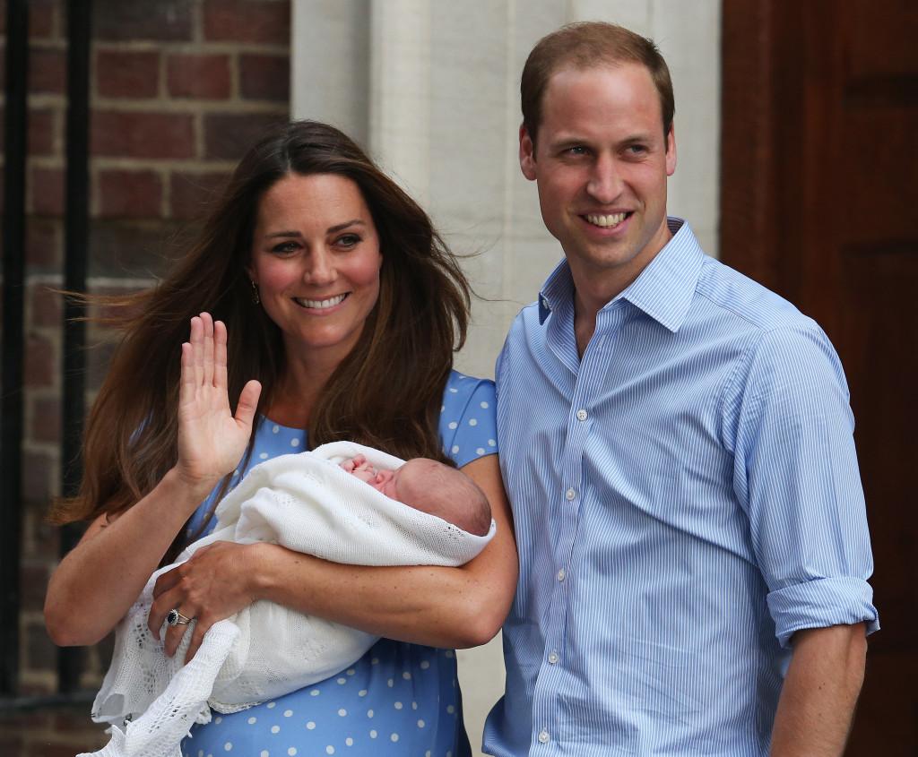 Primo ritratto di famiglia: William e Kate all'uscita del St Mary's Hospital tengono in braccio il neonato George