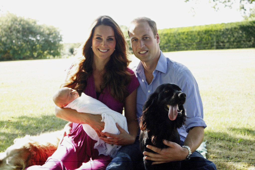 Primo ritratto ufficiale di famiglia: Willia e Kate posano insieme al piccolo George... e al cane