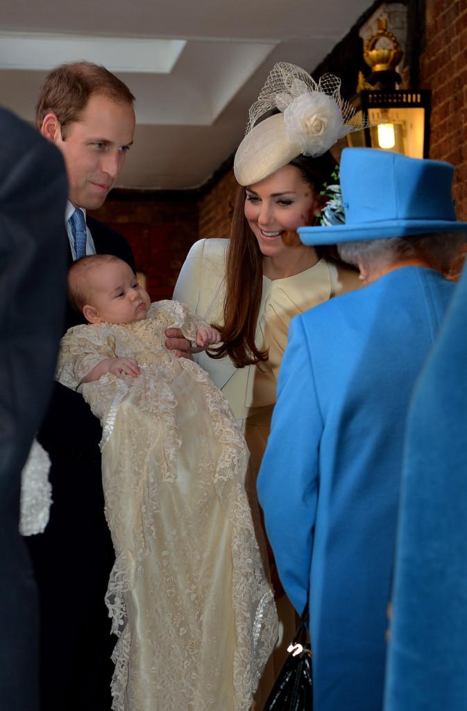 William, Kate, George e la Regina Elisabetta il giorno del battesimo del principino
