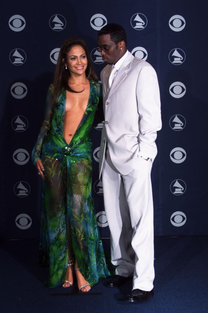 Ai Grammy Awards del 2003 sfoggia uno dei suoi look più audaci ma i capelli sciolti e morbidi donono il giusto equilibrio
