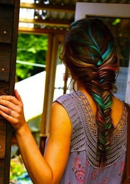 Per rendere particolare la tua treccia colora qualche ciocca di capelli