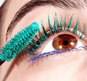 Per esaltare gli occhi scuri, il blu e il verde sono tonalità perfette, anche da abbinare insieme, sulle ciglia superiori e quelle inferiori