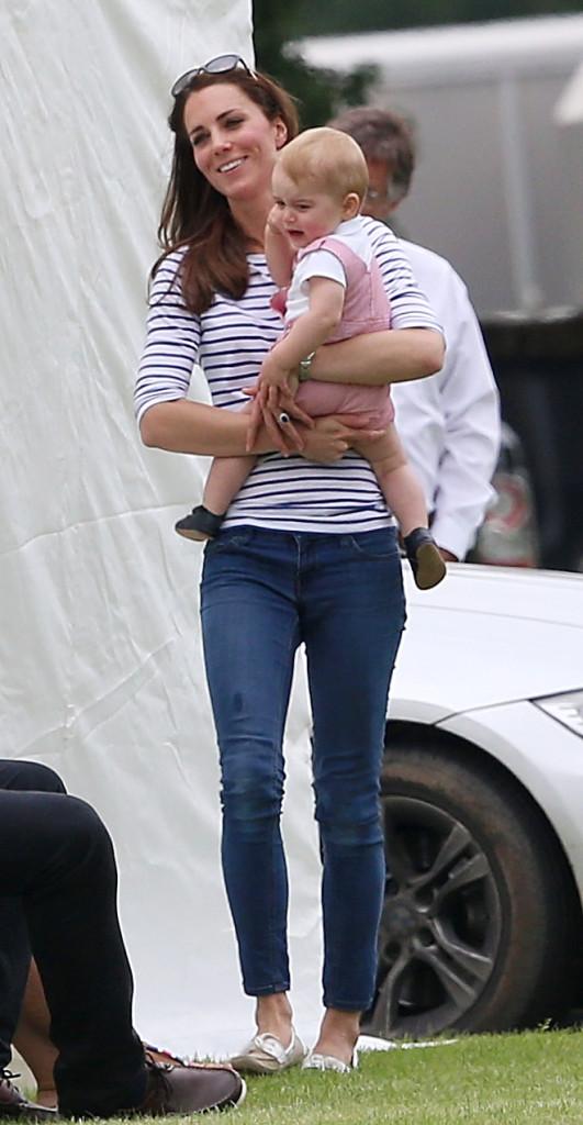 Il piccolo George è in lacrime: vorrebbe muovere i primi passi ma mamma Kate lo prende in braccio...