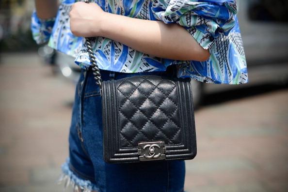 Street Style Men Fashion Week- borsa Chanel
