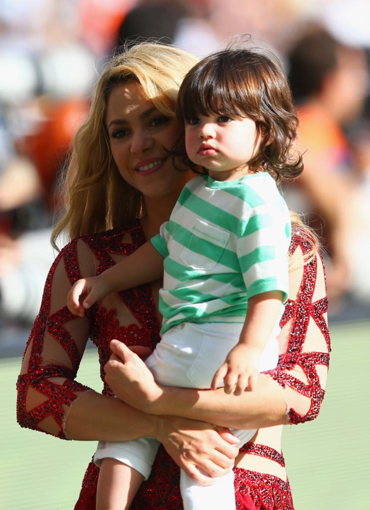 Shakira posa insieme al figlio Milan in occasione della cerimonia di chiusura FIFA World Cup 2014