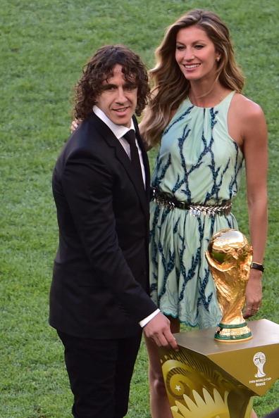 Carles Puyol e la top model in posa per le foto di rito