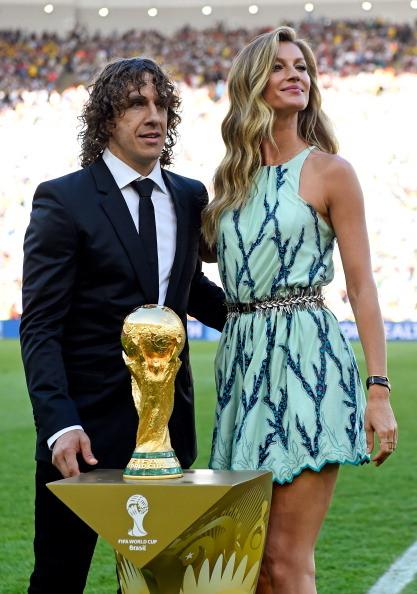 Gisele Bündchen e Carles Puyol attendono di consegnare la coppa del mondo