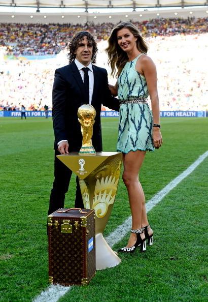 Gisele Bündchen e Carles Puyol in posa sul campo del Maracanà. La custodia della coppa del mondo ha visto la firma eccezionale di Louis Vuitton