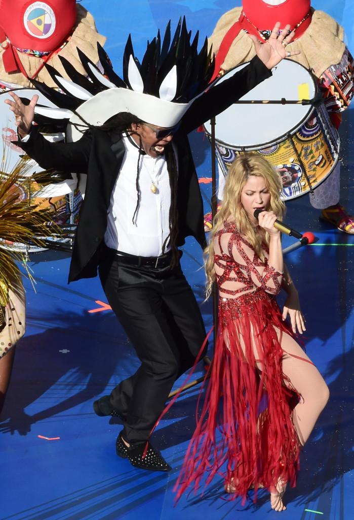 Shakira si scatena sul palco prima della partita Germania-Argentina