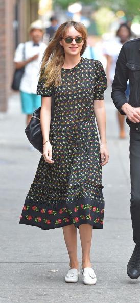 Dakota Johnson con un vestito lungo con fantasia geometrica