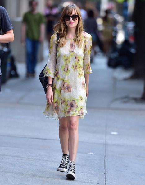 Dakota Johnson indossa un vestito a fiori con scarpe Converse