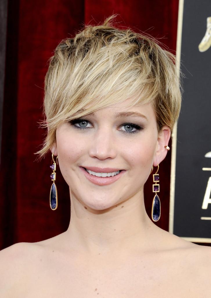 La frangia laterale funziona con tutti i tagli di capelli anche i più corti, come mostra Jennifer Lawrence.