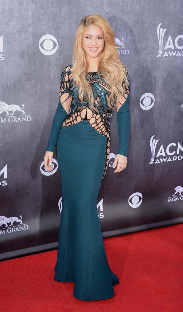 Bellissima e tutta curve, Shakira indossa un abito lungo color ottanio con inserti vedo non vedo
