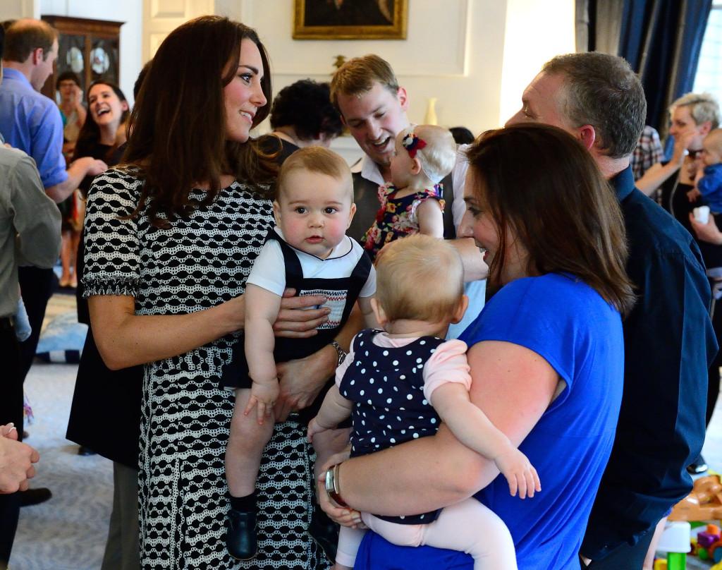 Kate chiacchiera con altre mamme in un asilo di Wellington, Nuova Zelanda, mentre George guarda i fotografi proprio come una star