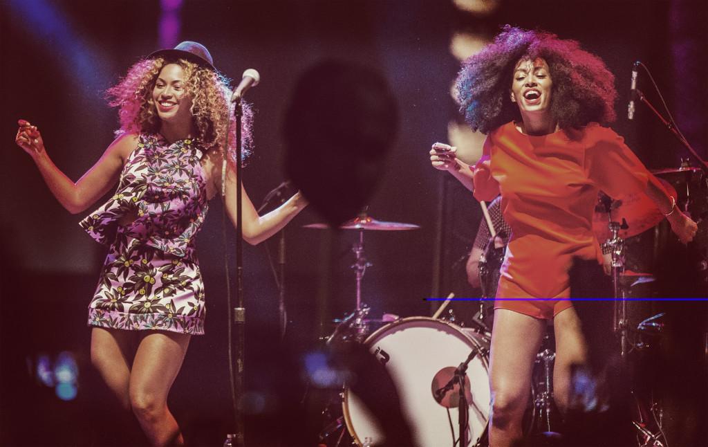 Beyoncé sul palco insieme alla sorella Solange
