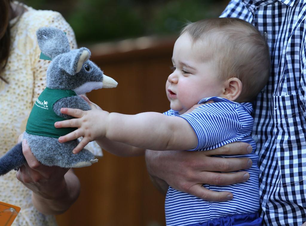 George gioca felice con un pupazzo a forma di Bilby, il marsupiale australiano