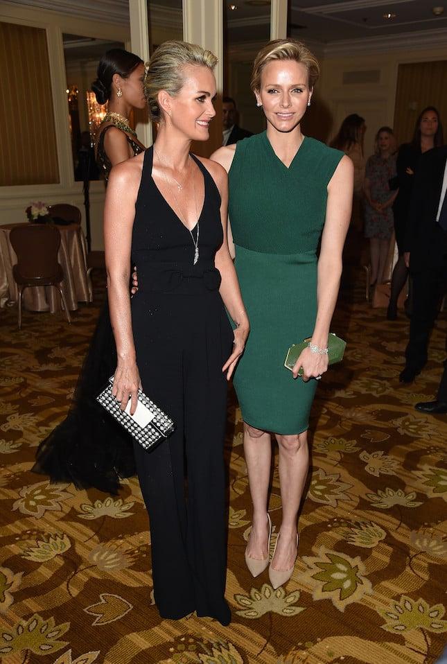 Charlene durante un'occasione speciale a Beverly Hills indossa un abito verde petrolio che esalta la sua figura