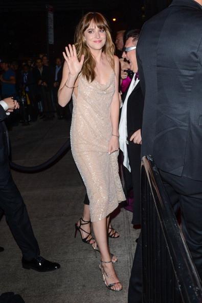 Dakota Johnson indossa un vestito color nude
