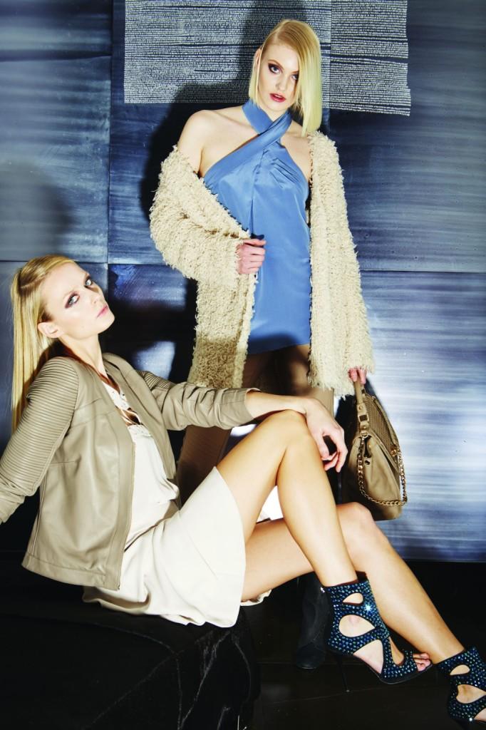 Tocchi di azzurro e beige per abiti e giacche