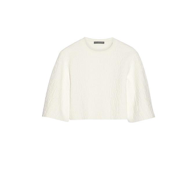 Per il nostro look total white indossiamo una blusa bianca blouse a maniche lunghe e corta in vita come quella di Alexander McQueen