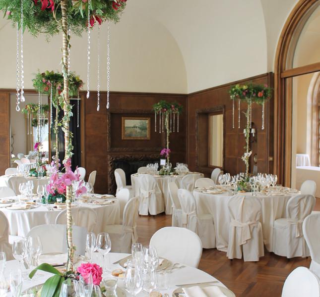 Allestimento sontuoso all'interno di una villa. Allestimento a cura di Bluemilia per Sweet White Weddings