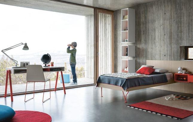 Angolo studio in camera da letto con scrivania davanti alla finestra by Battistella