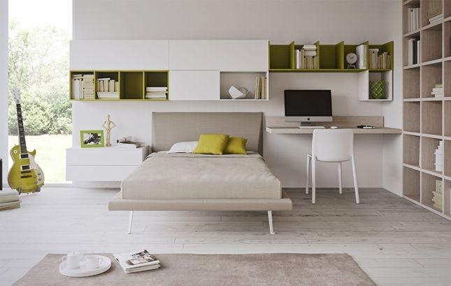 Angolo studio elegante ed essenziale con sistema di mensole a parete Battistella