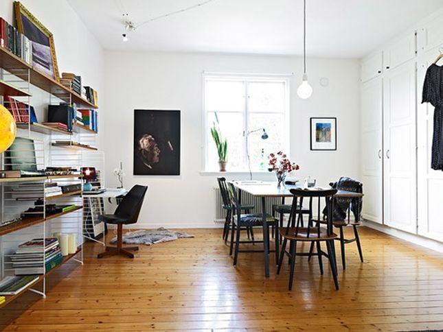 Angolo studio nel sottoscala con scrivania e mensole a parete di Martino Design