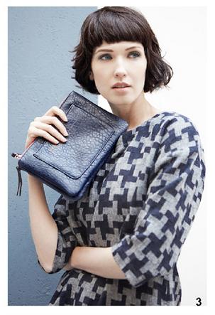 Cappotto pied de poule e pochette blu, di Bensimon, della collezione autunno-inverno 2014-15