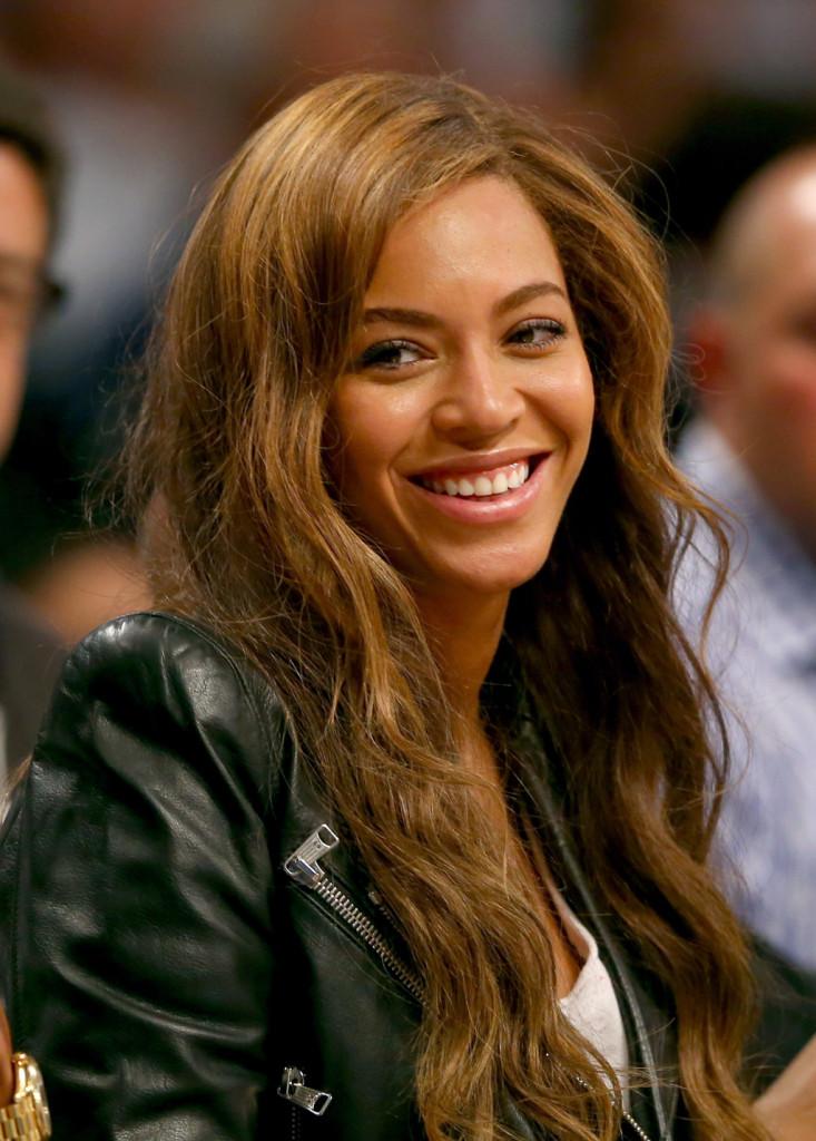 Capelli mossi con ciocche più chiare per Beyonce Knowles
