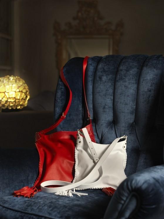 Borse a spalla modello Quarter Bag, medium in pelle bovina, presenta due nappine in pelle agli angoli inferiori.  I colori proposti vanno dal rosso acceso, al marrone e al bianco panna. Borbonese collezione 2014.