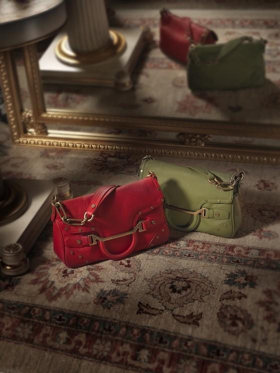 Borse a spalla modello Welsh Bag, da indossare a spalla o come una pochette, in quanto ha il manico removibile. È disponibile nei colori: rosso, blu, azzurro, giallo e bianco Borbonese della collezione 2014.