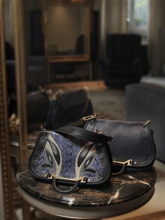 Borse a tracolla modello Lady Butterfly Bag, nel colore blu scuro, con farfalla stampata, di Borbonese della collezione 2014.